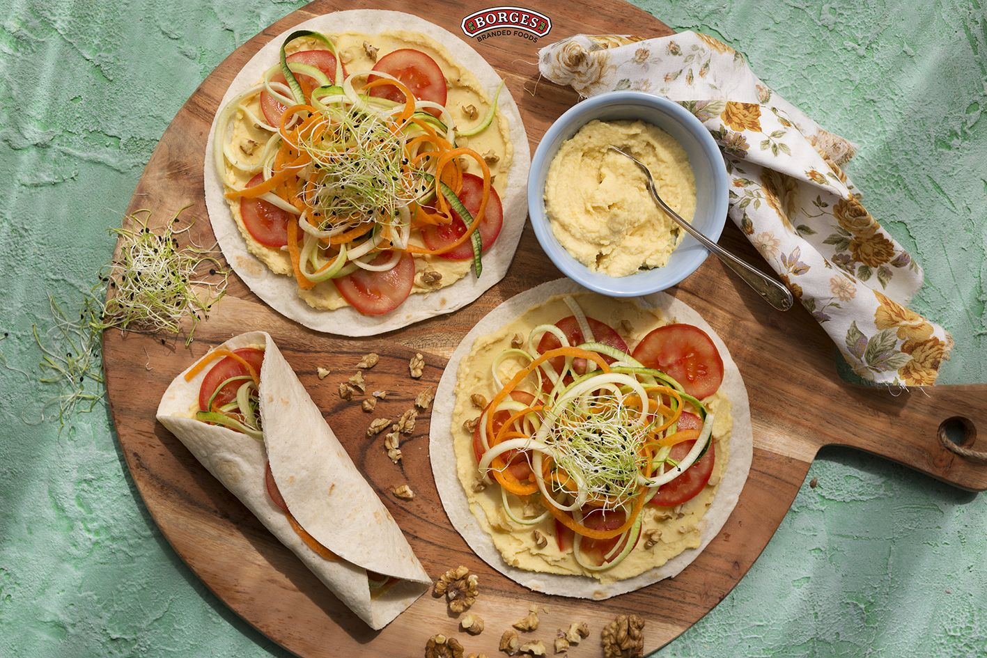 Wrap z paradajky, zeleninových špagiet, hummusu a klíčkov