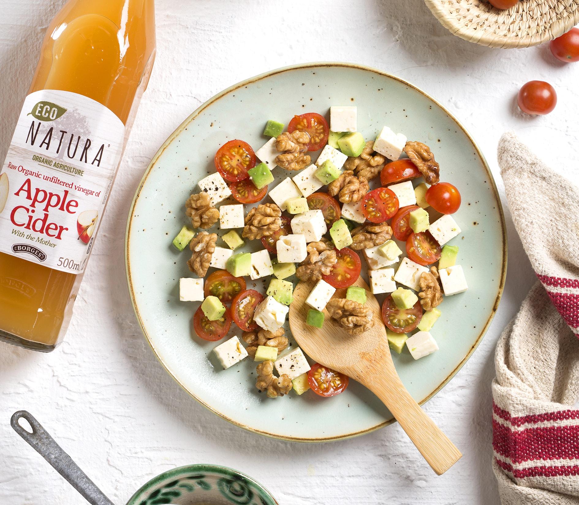 Šalát zo syru, avokáda, vlašských orechov a octu z jablkového cideru
